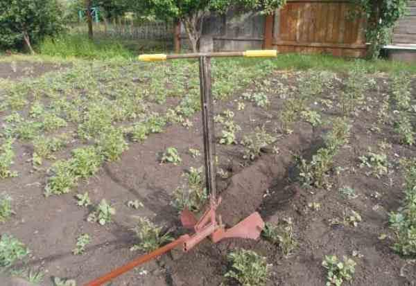 Ручной плуг-окучиватель для посадки картофеля